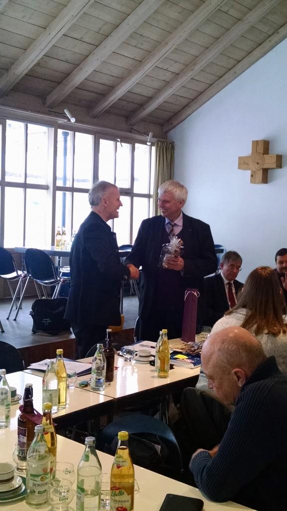 Dekan Bertram dankt Landesbischof i.R. Friedrich, Foto: Hofmann-Laveuve